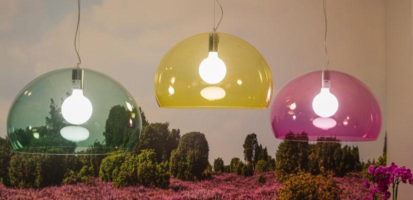 Drie grote gekleurde lampen boven de koffietafel